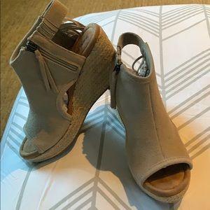 Minnetonka leather grey open toe espadrille size 7